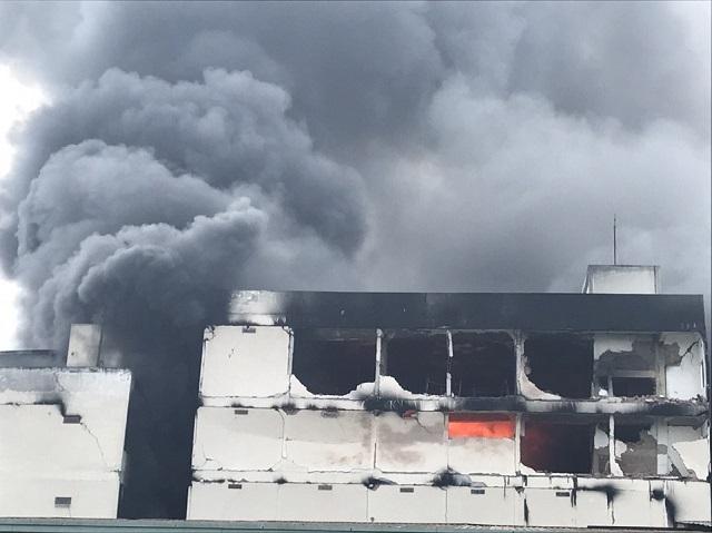 Ngọn lửa ở tòa nhà nhỏ vẫn bốc cháy (ảnh chụp lúc 15h15)