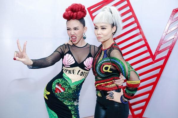 Ca sĩ Tóc Tiên và ca sĩ Thu Minh trong những tập đầu tiên của chương trình The Voice 2017.