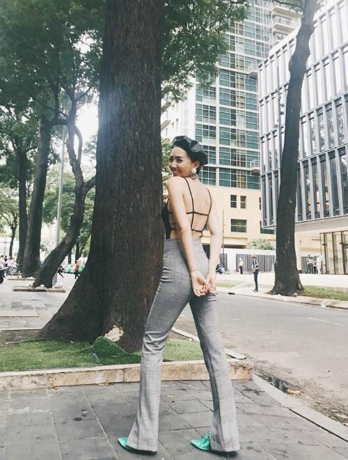 Ca sĩ Tóc Tiên khoe thân hình lý tưởng đáy thắt lưng ong trong phong cách streetstyle vừa sexy vừa cá tính.
