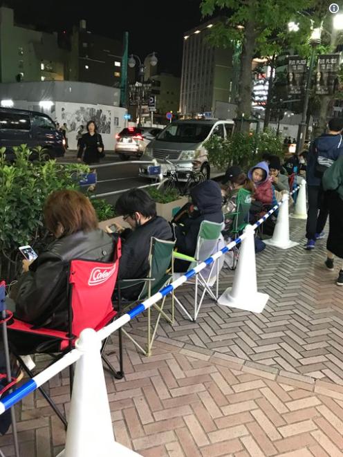 Tại Tokyo, người ta phải chia làn riêng để các tín đồ ngồi đợi, để không ảnh hưởng tới làn đường đi bộ.