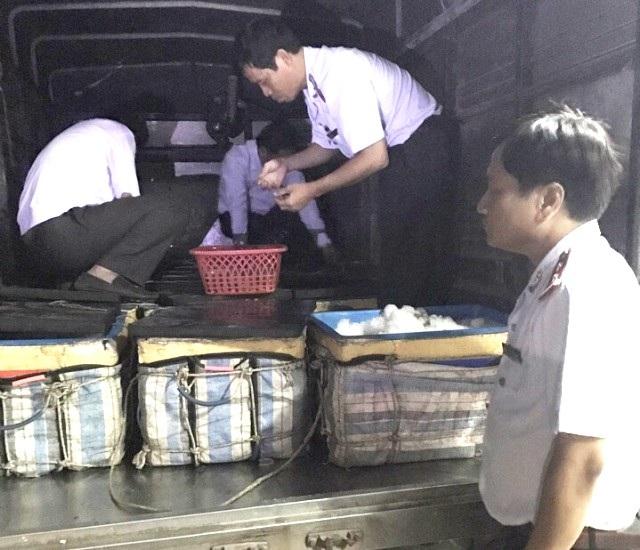Cơ quan chức năng Sở NN&PTNT tỉnh Bạc Liêu bắt giữ lô tôm chứa tạp chất.