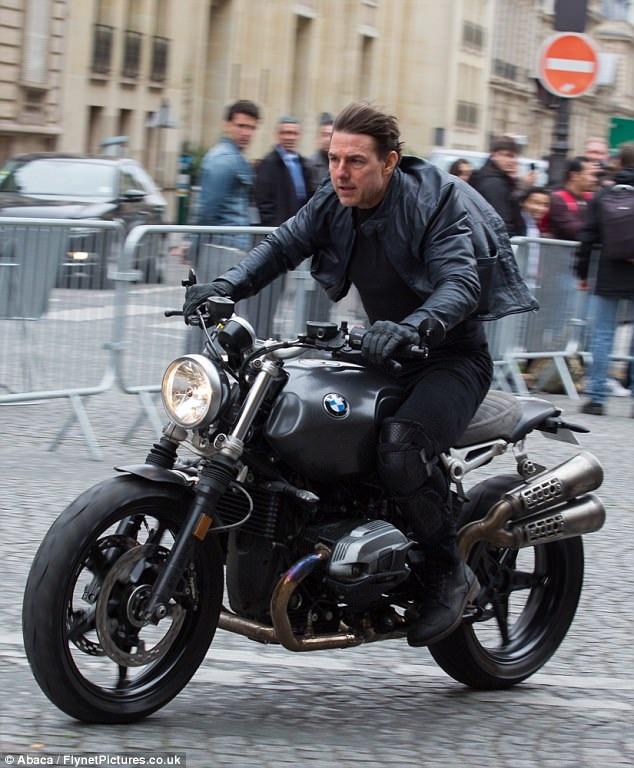 Tom Cruise cưỡi xe phân khối lớn quay phần mới của Nhiệm vụ bất khả thi tại Paris ngày 8/5 vừa qua