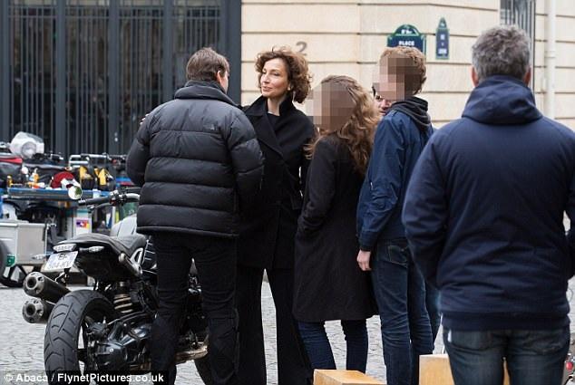 Ngôi sao Hollywood vui vẻ khi được Bộ trưởng Văn hóa Pháp Audrey Azoulay ghé thăm tại trường quay