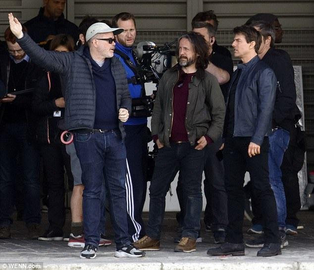 Tom Cruise bận rộn trao đổi cùng đoàn làm phim trong một cảnh quay khác