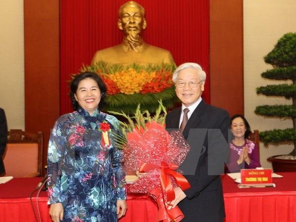 Đại diện các tập thể, cá nhân xuất sắc, tiêu biểu tặng hoa Tổng Bí thư Nguyễn Phú Trọng. (Ảnh : Trí Dũng/TTXVN)
