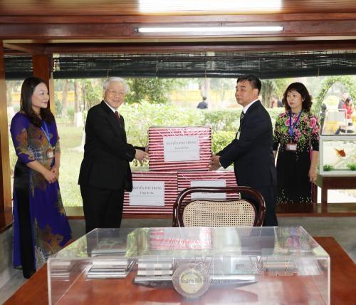 Tổng Bí thư Nguyễn Phú Trọng tặng quà cho cán bộ, nhân viên Khu Di tích Chủ tịch Hồ Chí Minh ở Phủ Chủ tịch