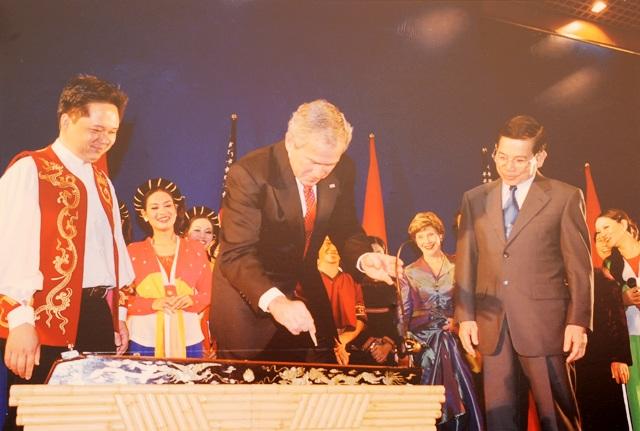 Trong tiệc chiêu đãi do Chủ tịch nước Nguyễn Minh Triết chủ trì, Tổng thống Bush đã thích thú làm quen với cây đàn bầu của Việt Nam. Trong năm 2006, Tổng thống Bush ký thông qua Quan hệ thương mại bình thường vĩnh viễn với Việt Nam. Mỹ trở thành thị trường xuất khẩu lớn nhất của Việt Nam giai đoạn 2011 - 2015 (ảnh: Báo Nhân dân)