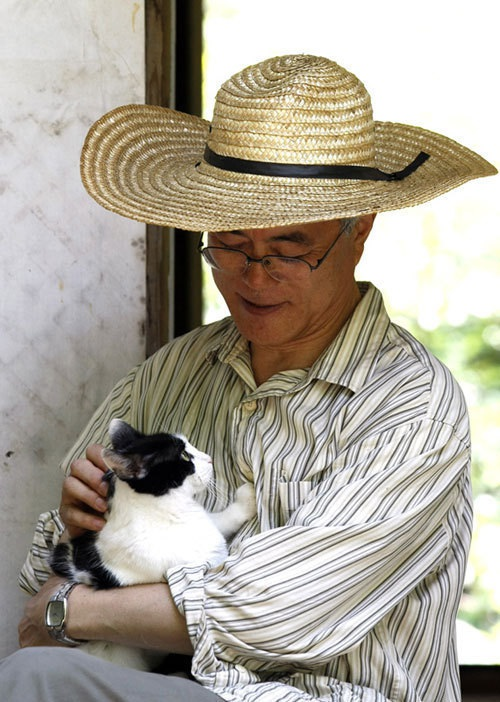 Tổng thống Moon Jae-in và con mèo Jjing-jjing (Ảnh: Korea Herald)