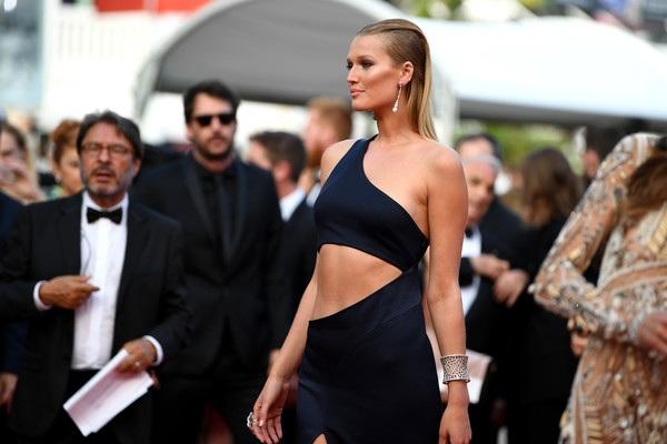 Tình cũ của Leonardo DiCaprio diện váy xẻ bạo khoe chân dài, dáng thon