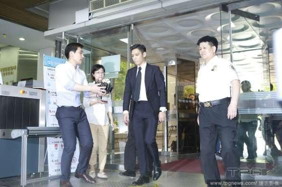 T.O.P nhận án phạt 10 tháng bóc lịch và 2 năm quản thúc.