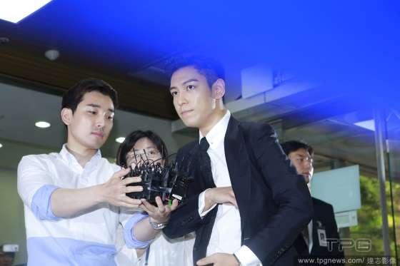 T.O.P nán lại trả lời phỏng vấn của phóng viên và người hâm mộ.