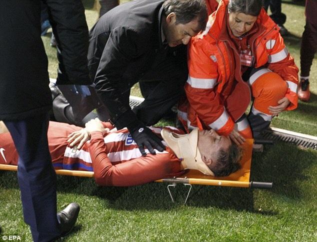 Torres được nẹp cổ, trước khi chuyển tới bệnh viện