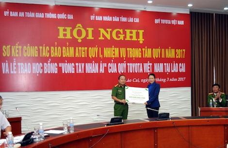 Đại diện Quỹ TVF trao bảng trao tặng tượng trưng cho Ban ATGT tỉnh Lào Cai