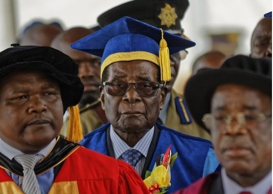 Tổng thống Mugabe dự một lễ tốt nghiệp tại thủ đô Harare trong thời gian bị quản thúc. (Ảnh: Reuters)