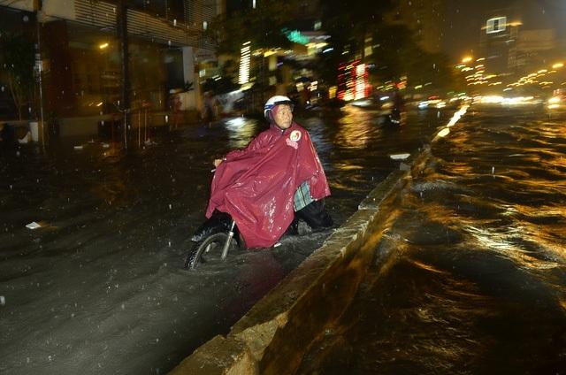 Chiều 30/9, cơn mưa như trút nước bất ngờ đổ xuống các quận huyện ở TPHCM gây ngập trên diện rộng, nhiều điểm nước ngập hơn nửa mét, tràn cả vào nhà dân khiến nhiều người phải đắp đê chống lũ. (Ảnh: Đình Thảo)