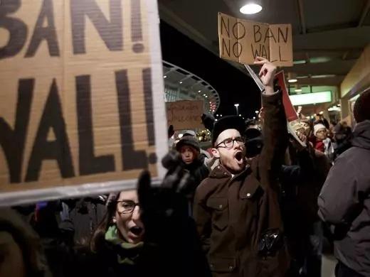 Biểu tình tại John F. Kennedy phản đối lệnh cấm nhập cư của Tổng thống Mỹ Donald Trump. (Ảnh: EPA)