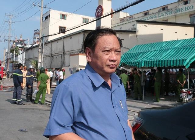 Bí thư Thành ủy Cần Thơ trao đổi với phóng viên Dân trí sáng 27/3 gần hiện trường vụ cháy.