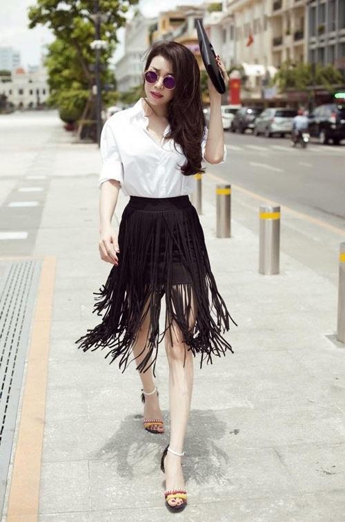 Trà Ngọc Hằng kết hợp chân váy tua rua với áo sơ mi trắng.