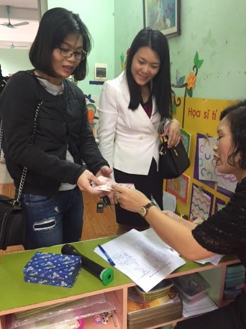 Giáo viên đang trả lại tiền nhà trường đã thu sai cho phụ huynh học sinh tại Trường mầm non Láng Thượng