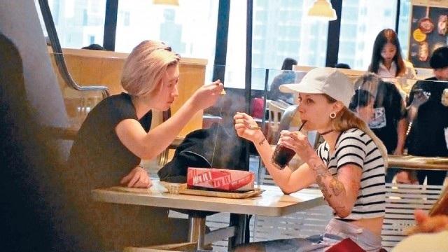 Sau khi báo giới Hồng Kong đưa tin Ngô Trác Lâm tiếp tục mâu thuẫn với mẹ ruột, cựu hoa hậu Ngô Ỷ Lợi, và đã bỏ nhà ra đi, giới săn tin đã bắt gặp cô bé 18 tuổi này đang dùng bữa tại một nhà hàng ăn nhanh cùng một phụ nữ ngoại quốc, ngày 18/9.