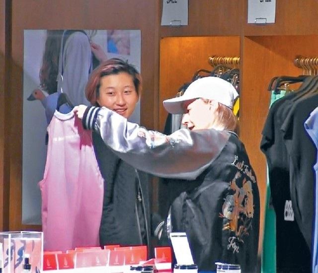 Con gái rơi của Thành Long còn bị bắt gặp hút thuốc và sống vất vưởng tại một khu ổ chuột ở Hồng Kong cùng bạn gái hơn tuổi vài ngày trước. Sau bữa trưa, Trác Lâm và bạn gái vào một cửa hàng thời trang và lựa chọn mua đồ.