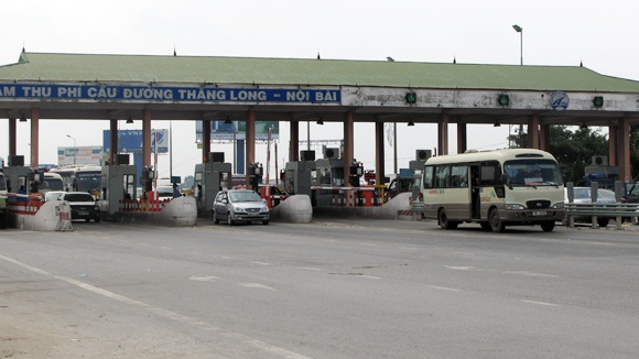 Trạm thu phí Bắc Thăng Long (Hà Nội) đang thu hộ phí cho tuyến tránh TP Vĩnh Yên (tỉnh Vĩnh Phúc), khiến người dân bức xúc vì không đi cũng phải nộp tiền