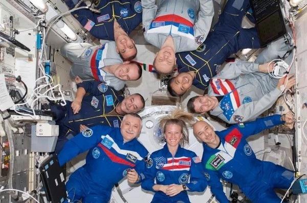 Trạm ISS có thể chứa tối đa 9 phi hành gia, nhưng thường chỉ có từng nhóm 3 người hiện diện trên trạm vũ trụ này