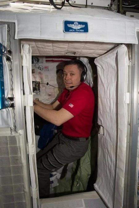 Phi hành gia người Mỹ Jack Fischer bên trong buồng ngủ trên ISS