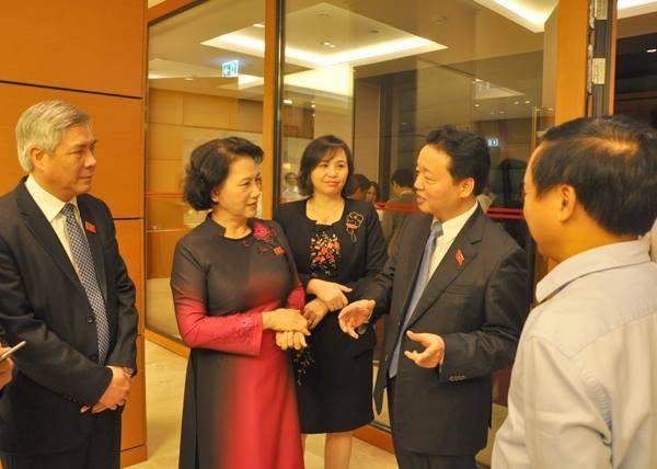 Bộ trưởng Tài nguyên - Môi trường Trần Hồng Hà (thứ hai từ phải sang) trao đổi cùng Chủ tịch Quốc hội Nguyễn Thị Kim Ngân và các đại biểu bên hành lang kỳ họp Quốc hội