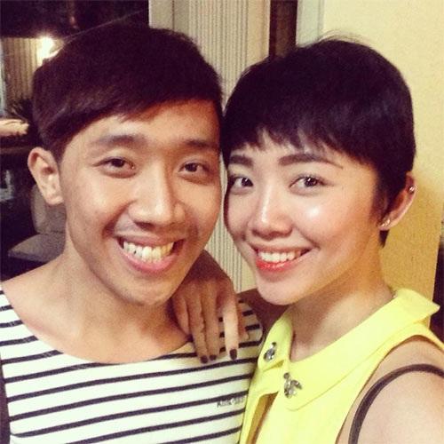 Cả Trấn Thành cũng công nhận rằng anh và ca sĩ Tóc Tiên có nhiều nét giống nhau, nhất là khi cả hai cùng nở nụ cười thì càng thể hiện nét tương đồng trên gương mặt.