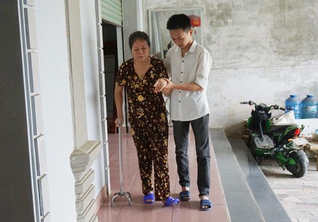 Trước khi chính thức nhập học, sống trong môi trường quân ngũ, Trần Trung Kiên kiên trì giúp mẹ tập phục hồi chức năng sau cơn bạo bệnh