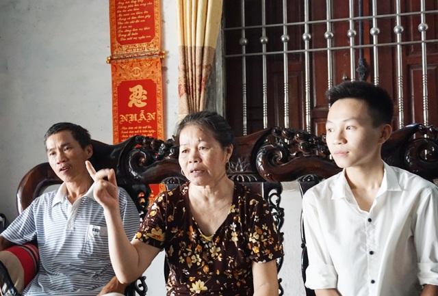 Trần Trung Kiên và bố mẹ. Trước thời điểm em bước vào kỳ thi quan trọng, mẹ bị tai biến mạch máu não phải đi viện điều trị dài ngày