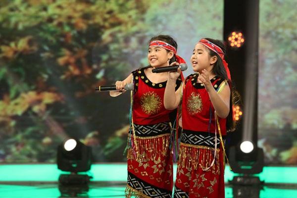 Hiền Trân và Phương Vy hát Tiếng đàn Ta Lư.