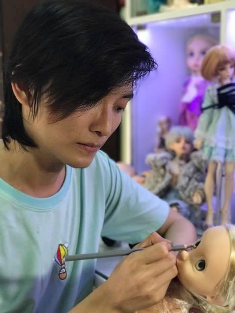 Phan Ngọc Sang bên tác phẩm đang hoàn thiện của mình