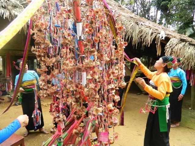 Trong lễ hội Poồn Poông cây bông là quan trọng nhất không thể thiếu
