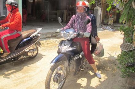 """""""Làm nghề lái xe ôm này phải nai thân ra giữa nắng mưa, bụi đường, nhưng cũng vui, được đi nhiều vùng. Chứ nếu ở nhà làm nông hoặc đi làm thuê chắc chi được đi nhiều nơi"""", chị Việt bảo."""
