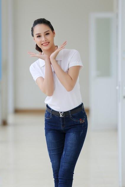 """Hoa hậu biển Thùy Trang được học sinh """"bao vây"""" - 1"""