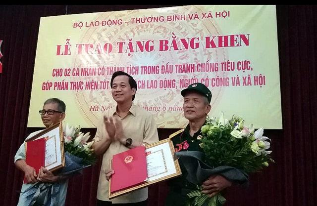 Bộ trưởng Đào Ngọc Dung trao bằng khen cho 2 lão nông dũng cảm tố cáo tham nhũng.