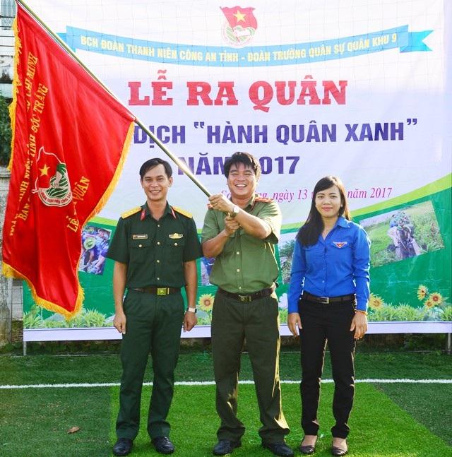 Trao cờ xuất quân chiến dịch Hành quân xanh 2017 của tuổi trẻ Sóc Trăng.