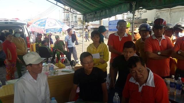 Ông Chen Lai Skuang, 65 tuổi, Tổng Giám đốc Công ty Kwong Lung – Meko (người mặc áo cam ngồi góc phải) trao đổi với ông Võ Thành Thống - Chủ tịch UBND TP Cần thơ - sáng 27/3 về vụ cháy với gương mặt thất thần.