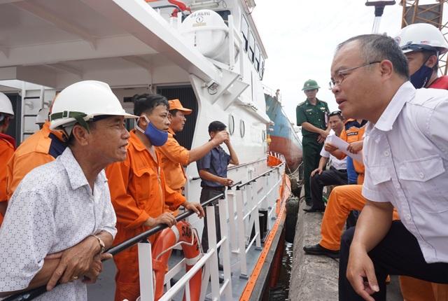 Bộ phận trên bờ trao đổi với lực lượng trực tiếp tìm kiếm khi tàu SAR274 đưa thi thể đại phó Nguyễn Văn Xuân vào bờ