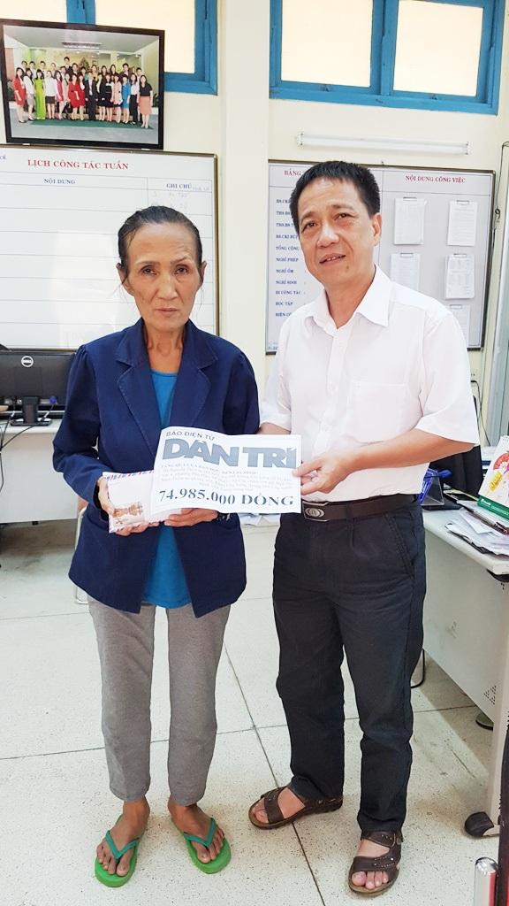BS CK II. Hoàng Bách Thảo, Trưởng Phòng Kế hoạch - Tổng hợp, Bệnh viện Trung ương Huế thay mặt báo trao quà Nhân ái cho bà Cúc