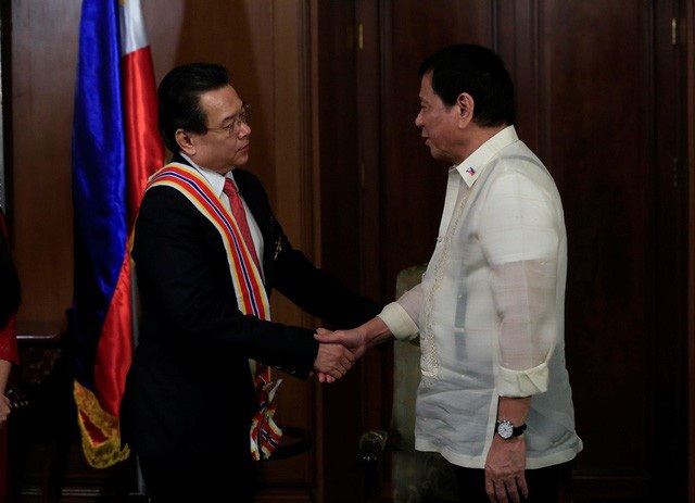 Tổng thống Philippines Rodrigo Duterte trao Huân chương Sikatuna hạng Vàng cho Đại sứ Trương Triều Dương (Ảnh: Đại sứ quán Việt Nam tại Philippines)
