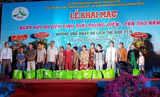 Tặng quà cho một số hộ dân trong đêm khai mạc ngày hội du lịch