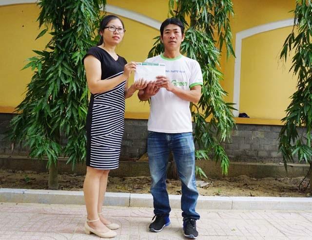 PV Báo Dân trí trao 80 triệu đồng đến anh Lê Khắc Tới - bố cháu Lê Thị Thanh Thùy