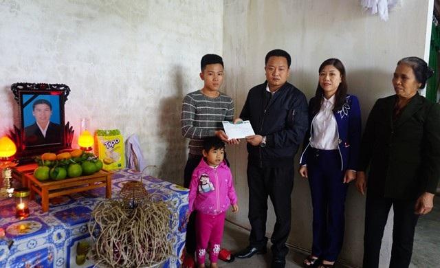 Thầy Lê Văn Quyền - Phó Hiệu trưởng Trường THPT Nam Đàn 2 thay mặt độc giả Dân trí trao quà ủng hộ tới em Hoàng Viết Nam