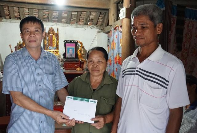 Ông Phan Văn Hiệp - Phó Chủ tịch UBND xã Hưng Đạo thay mặt độc giả Dân trí trao số tiền của bạn đọc Báo Dân trí ủng hộ đến vợ chồng ông Huynh