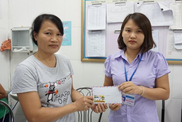Chị Lê Thị Hà Nhi - mẹ bệnh nhân Lê Thị Thanh Thùy ủng hộ 10 triệu đồng cho Quỹ bệnh nhân nghèo Bệnh viện Sản Nhi Nghệ An