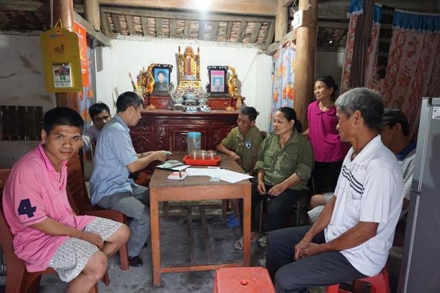 Chính quyền địa phương cùng hàng xóm đến thăm hỏi, động viên gia đình ông Phan Văn Huynh