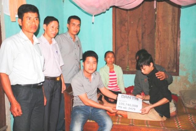 PV Dân trí cùng chính quyền xã Phú Phong (huyện Hương Khê) đã tới thăm và trao số tiền 100.740.000 đồng tới em Nguyễn Kim Tú